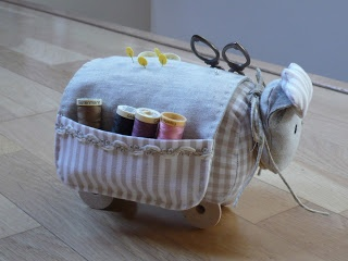 PETITS PUNTS PATCH': OVEJITA COSTURERO.  Adorable!!!
