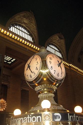 Grand Central Terminal: Mas que una simple estación, es una máquina del tiempo encantada.  Su remolino de lámparas de araña, mármol y bares y restaurantes históricos es una portilla a una época en la que los viajes de tren y el romance no eras excluyentes.  Hoy solo circulan trenes que se dirigen a los barrios periféricos del norte y a Connecticut.  Se viaje o no, la estación vale una visita.