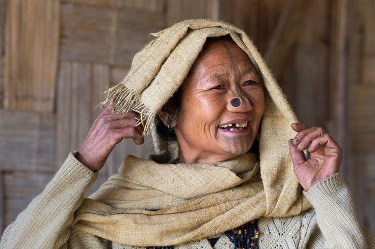 Indie plemię Apatani Arunachal Pradesh kobiety z zatyczkami w nosach