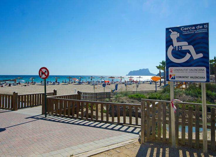 Het bestuur van de Comunidad Valenciana, waaronder de #CostaBlanca valt, heeft een programma waar aandacht besteed wordt aan de #toegankelijkheid, ¨Cerca de ti¨ genaamd. (dicht bij jou) Onder andere in Moraira is het #strand L´Ampolla toegankelijk gemaakt d.m.v. vlonders en een #rolstoeltoegankelijke toilet en omkleedruimte.
