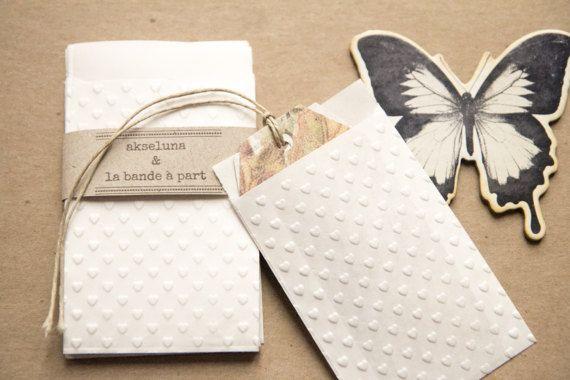Mini pochettes, sachets cadeau papier blanc embossés petits coeurs lot de 10 dim. 6,3cm x 9,3cm pour mariage, baptême
