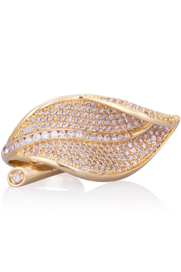 Guldpläterad ring med vita cubicstenar.  *Gold plated ring with white stones