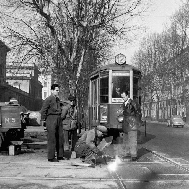 Un operaio salda i binari del tram in Corso Vittorio Emanuele a Torino, nella primavera del 1953