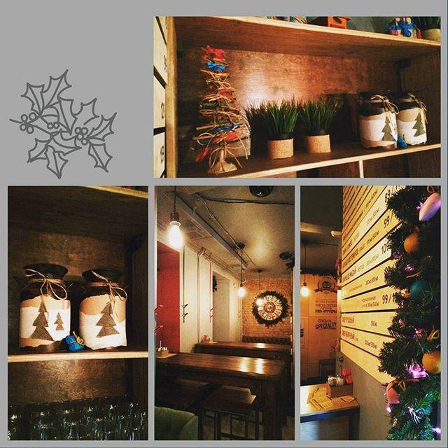 """Новогоднее оформление в Хипстер буфете """"Jumbo&Уклейка"""" Дружелюбный персонал, наивкуснейшие бургеры!!! Действительно комфортно всё, и место, и люди и атмосфера) @jumboukleika А вы уже оформили свой дом к празднику?) #оформлениеновыйгод #оформлениекрасноярск #праздниккрасноярск  #студиялюсьенмос #stydio_lysien_mos #эксклюзивныештучкикрасноярск  #эксклюзивныеподарки #крс #крск #крск24 #красноярск"""
