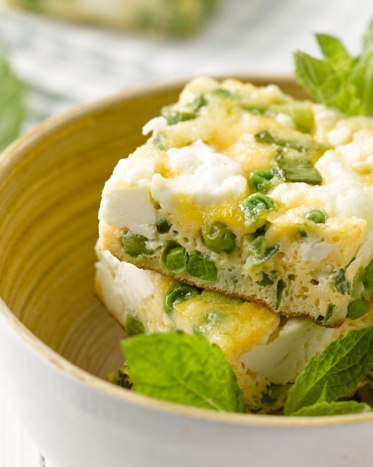 Erwtjes, feta en munt zijn een heerlijke combinatie, zo ook in deze Italiaanse omelet of frittata. Ideaal als een lichte lunch of als voorgerechtje.