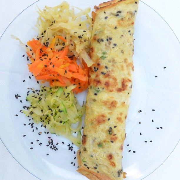 Jantar dieta detox: omelete recheada com frango e legumes.