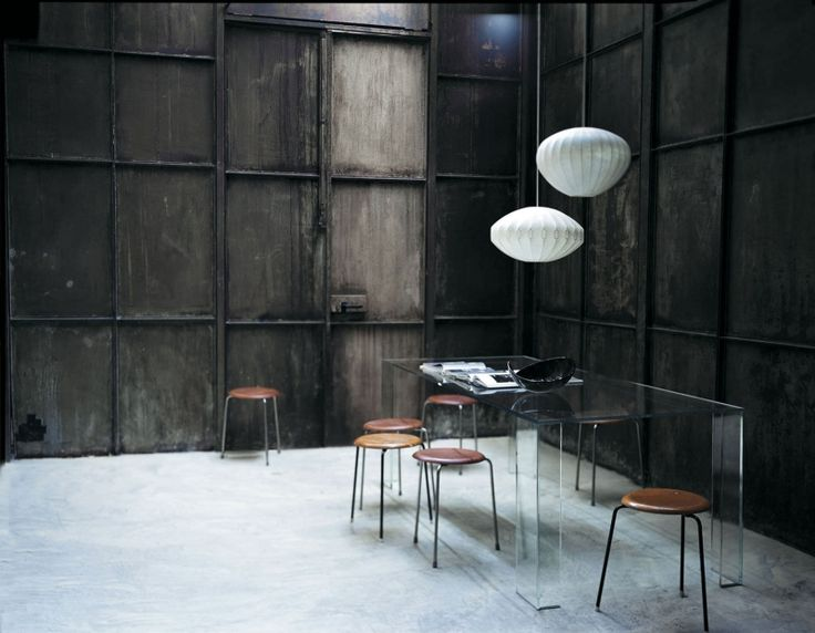 GLAS ITALIA ARIA Design: Piero Lissoni Fabrikant: Glassitalia. Serie hoge monolithische tafels van grote visuele lichtheid, verkregen door 15 mm gehard transparante glasplaten, afgeschuind en gelijmd.