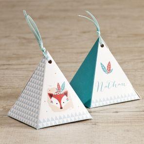 En quelques clics, personnalisez cette boîte à dragées en forme de pyramidedu prénom de votre garçon. Garnissez-la de tendres sucreries, en voilà un joli souvenir à offrir à vosproches pour le baptême ou la naissance de votre petit prince. Le