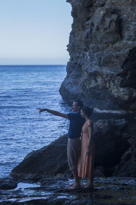 """Ο Σπύρος (Ανδρέας Κωνσταντίνου) και η Όρσα (Πηνελόπη Τσιλίκα).  """"Μικρά Αγγλία"""" η νέα ταινία του Παντελή Βούλγαρη, βασισμένη στο ομώνυμο βιβλίο της Ιωάννας Καρυστιάνη. 5 Δεκεμβρίου στους κινηματογράφους. #MikraAgglia"""