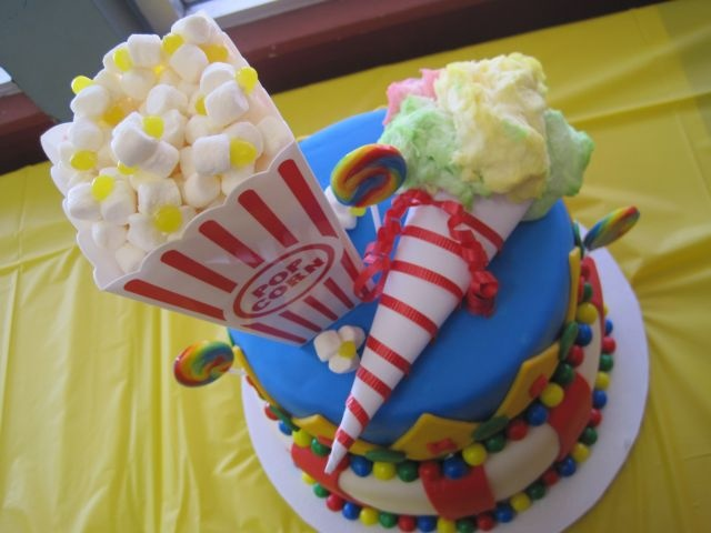 Your Happy Baker: Circus Cake & Cupcakes for a 1st Birthday!