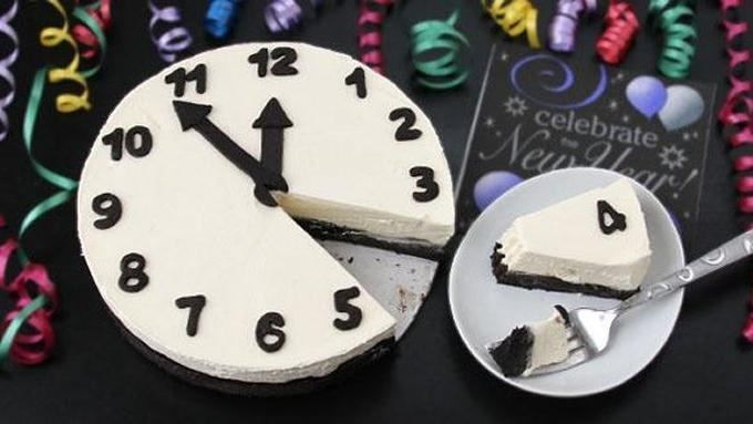 No-Bake Black and White Cheesecake Clock