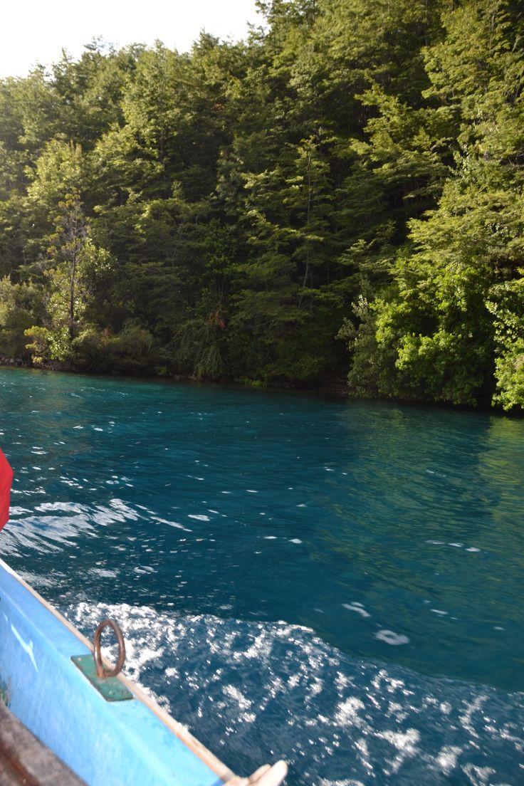 El lago azul en el rio  Puelo, llanada grande sur de Chile , tiene un color inigualable...