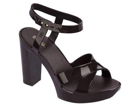 O novo salto da Melissa aposta numa das maiores tendências atuais da moda: a simplicidade. A clássica sandália aposta em tiras largas e salto grosso que garantem conforto e estabilidade para usar e abusar do salto alto em todas as ocasiões.
