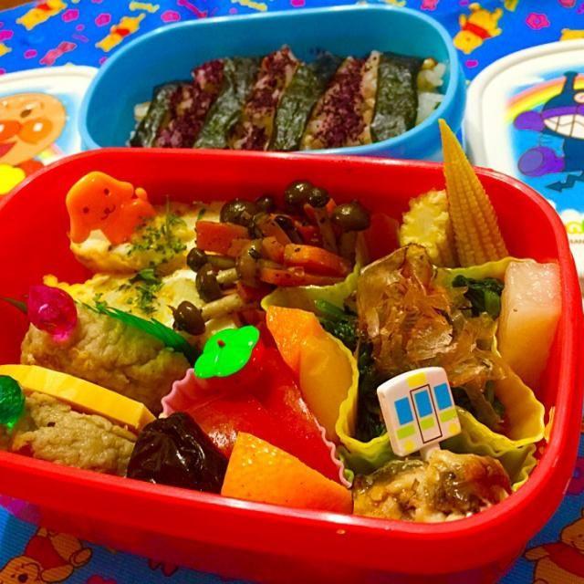 朝バタバタでアップ遅れ。 3歳息子の幼稚園弁当。月一。しんどい。苦手。 好き嫌いがないので、感謝。ある意味大人弁当と変わらなかったり。キャラ弁作れず(笑)ピックで我慢ね!!  ・五穀米、ゆかりと海苔のシマシマ。 ・ぶなしめじと人参さん。 ・娘が小学校で育てたジャガイモ入り卵焼き ・サンマの梅煮 ・ハンバーグとチーズ ・ほうれん草お浸し ・単なるトマト ・ピクルス(ヤングコーン、大根、黄パプリカ・人参) ・単なるオレンジ ・ドライフルーツのプルーン - 91件のもぐもぐ - 苦手弁当克服したい by coco7476