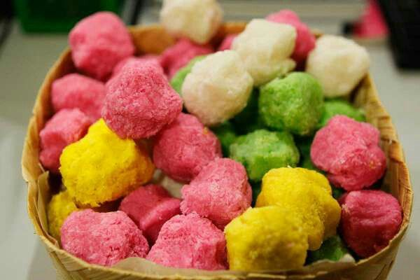 Geplak ~ made from grated coconut and brown sugar or granulated sugar. The texture is hard but not too hard, geplak also characterized by colorful colors