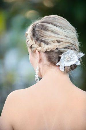 braided bridal updo. read more - http://www.hummingheartstrings.de/index.php/brautfrisuren/geflochtene-brautfrisuren/