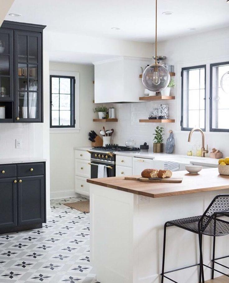 White Kitchen And Dark Floors: Inredning Och Kök
