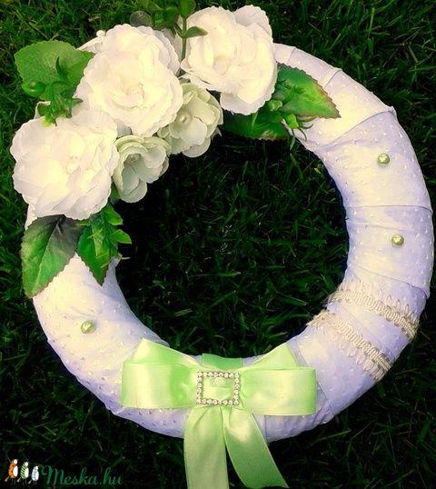 Fehér rózsás koszorú almazöld szalaggal (27 cm) (pinkrose) - Meska.hu