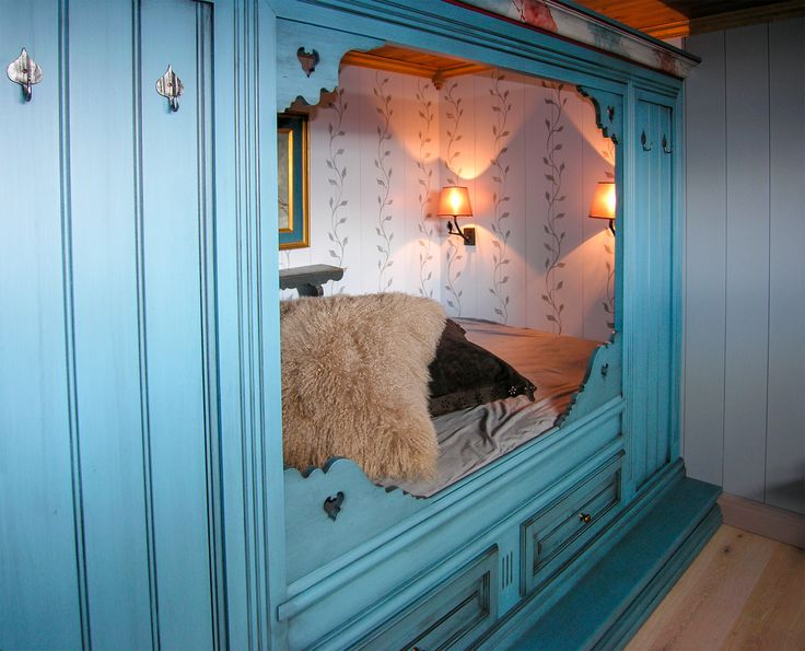Cozy blue daybed - handcrafted and handpainted by Os Trekultur