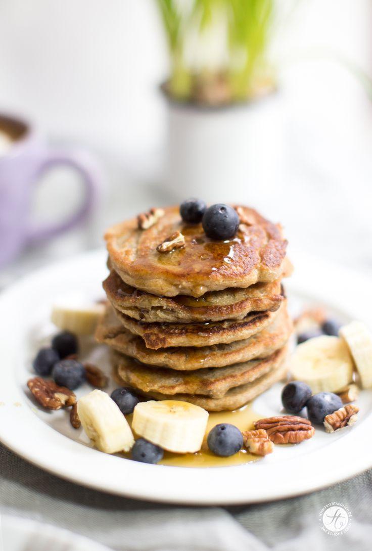 Banana-Oatmeal Pancakes mit Pekannüssen und Blaubeeren, vegan und glutenfrei | Rezept von feiertäglich.de