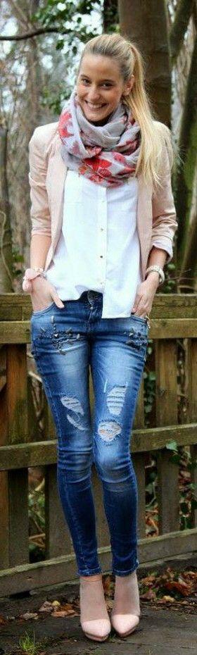 Camisa basica de botones, jeans y bufanda estampada
