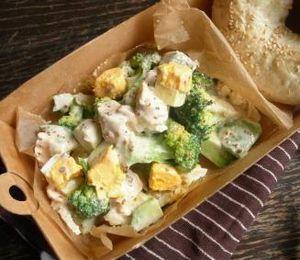 鶏胸肉とゆで卵とアボカドとブロッコリーのサラダ