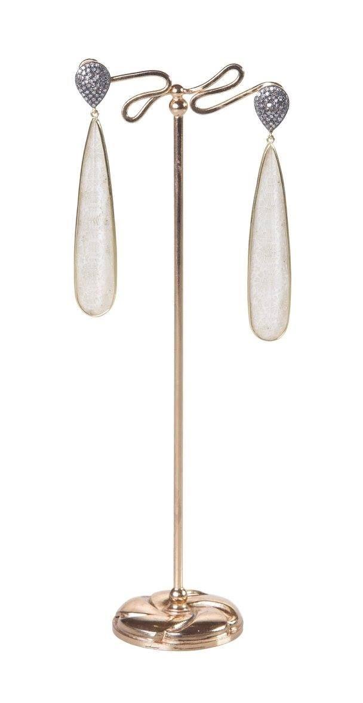 orecchini con goccia d'argento e diamanti rose cut al lobo, una lunga goccia realizzata con insolito accoppiamento di corallo fossile bianco-madreperla-quarzo con castone a mezza canna in oro