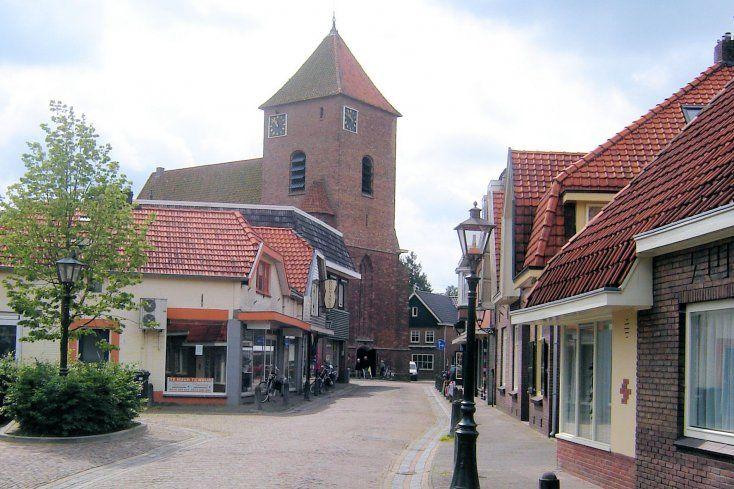 In 1337 stichtte Heer Hendrik II van Borculo een kapel bij zijn slot. De huislieden van het stadje mochten daar naar de Mis gaan, hoewel het kerkelijk bleef behoren tot de parochie van Geesteren. In de 16e eeuw werd de kapel vergroot tot een parochiekerk. In 1611 werd de hervormde godsdienst in Borculo ingevoerd en sindsdien is de Joriskerk een Nederlands hervormde kerk. Op 10 augustus 1925 werd de kerk zwaar beschadigd en de toren geheel verwoest. De gehele kerk is daarna weer herbouwd.