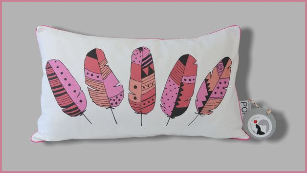 Oryginalna poduszka z autorskim projektem - z przodu urocze pióra flaminga, wspaniała ozdoba pokoiku Twojego dziecka! Z tyłu róż w białe kropeczki. Całość wykończona bawełnianą wypustką w kolorze...
