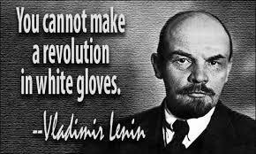 ''You cannot make a revolution in white gloves'' vertaald is dat: je kunt geen revolutie in witte handschoenen maken. Daarmee bedoelde hij denk ik dat een koning geen nieuwe revolutie kan maken.
