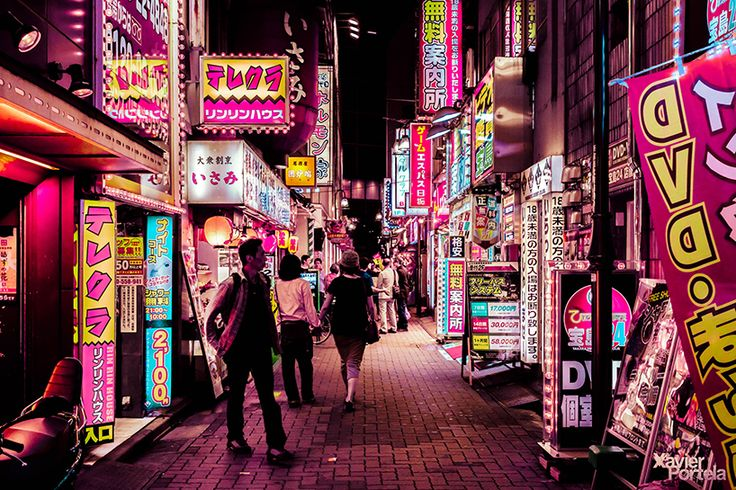 through the series 'tokyo's glow', the brussels-based photographer aims to recreate the spirited sensation that visitors experience upon arrival to japan's mega metropolis.