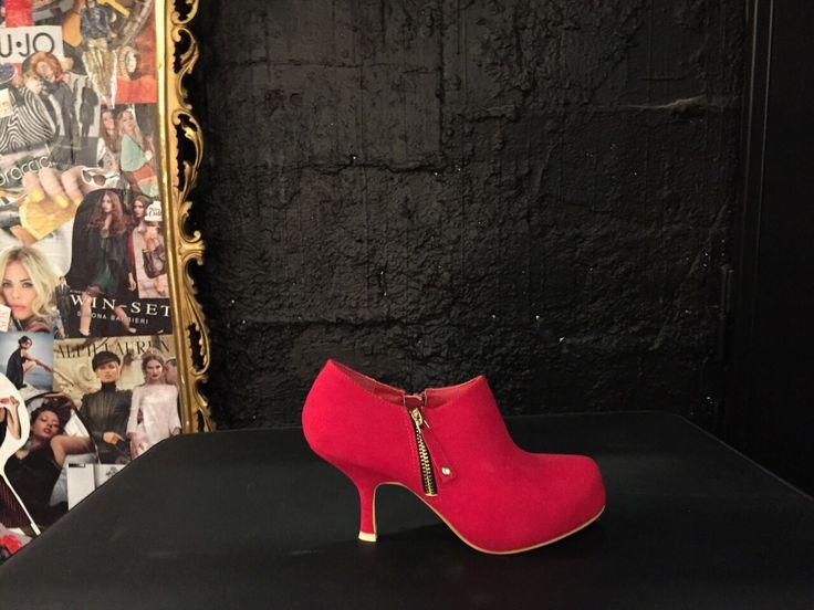 Tronchetto rosso con zip laterale oro di B come Bellezza #Roma #shopping #bcomebellezza #fashion #scarpe
