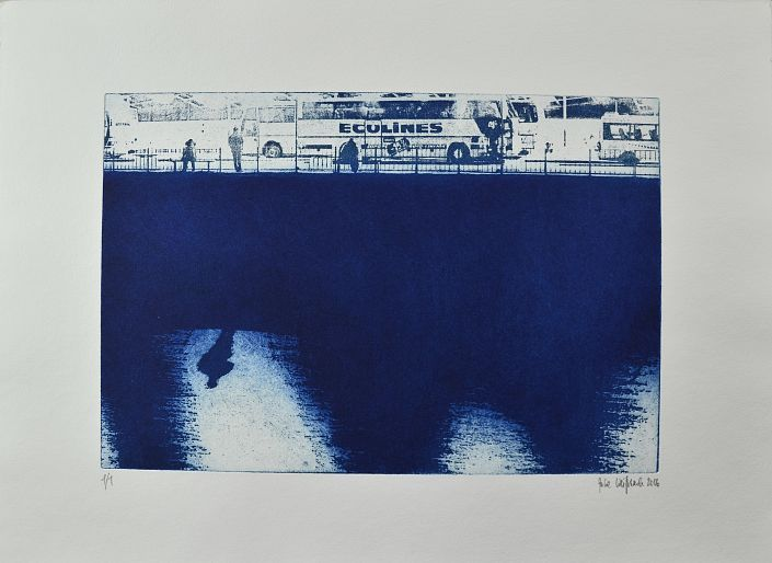 Julie  Weißbach: Riganacht, blau (1/1). Ätzradierung auf Büttenpapier nach einer Fotografie #blau  #blue #Nacht #Busreise #Reisebus #unterwegs #Riga #Lettland #julieweißbach #startyourart #Radierung #etching