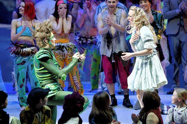 Peter Pan pede wendy em casamento no meio de musical