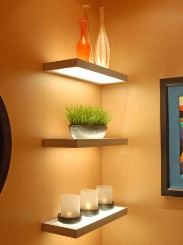 パウダールームのコーナーに、コンパクトな3段のウォールシェルフがあります。中段には鉢植えを、上下の段には瓶とキャンドルの形をした間接照明を飾ります。