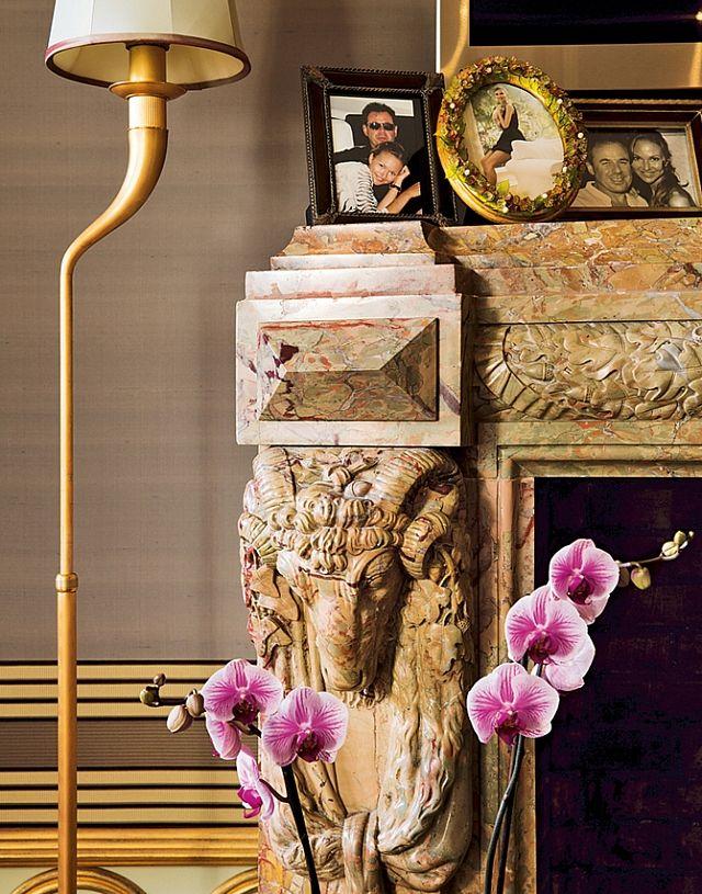 Современные торшеры вгостиной оттеняют старинный мраморный камин