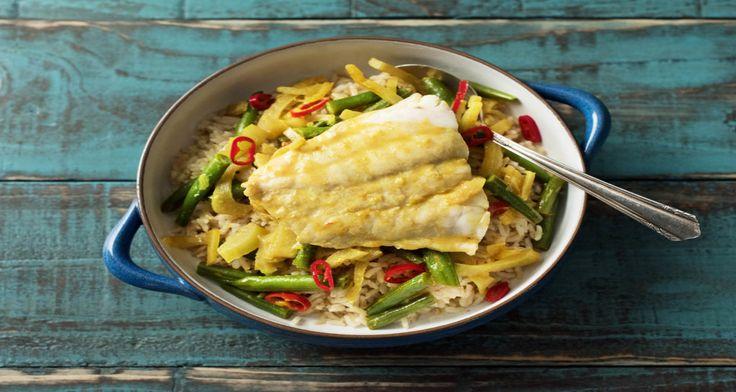 De oorsprong van dit gerecht ligt in Indonesië. Ajam besengek is een Indonesisch recept met kip, kokosmelk en een kruidige saus. Maar jij maakt hem deze week met victoriabaars klaar. Je bakt de currypasta eerst kort. Zo komen alle smaken van vrij en zorgt deze curry voor een echte smaakexplosie.