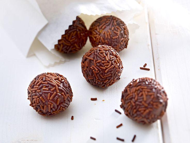 Wie praktisch! Rumkugeln kannst du ganz einfach aus Kuchenresten selber machen. So schmeckt's wie vom Bäcker!