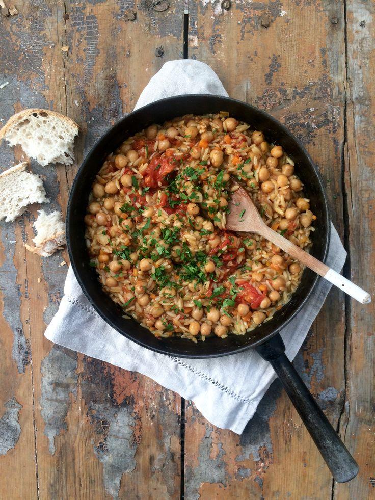"""Till veckans vegetariska blev vi inspirerade av att laga ett recept på """"pasta e ceci"""" dvs italiensk pasta- och kikärtssoppa men tillagade den mer som en gryta. Tillsammans med nybakat bröd blev..."""