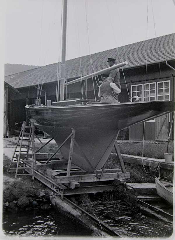 """Die 1896 in Wollishofen bei Zürich gegründete und seit 1914 in Horgen am Zürichsee ansässige """"John Faul Automobile und Wasserfahrzeuge"""" begann als Tankstelle mit Autoverkauf und -werkstatt nebst Werft. Der Werftgründer verdingte sich nebenher zunächst als Fahrlehrer. Später baute Faul Passagierschiffe, Schlepper, Motor- und Segelboote: vom Piraten bis zum Lacustre. Bis 1975 entstanden bei Faul etwa 1.200 Holzboote, darunter Motoryachten der Hausmarke """"Swiss Craft"""". Heute verkauft, repariert…"""