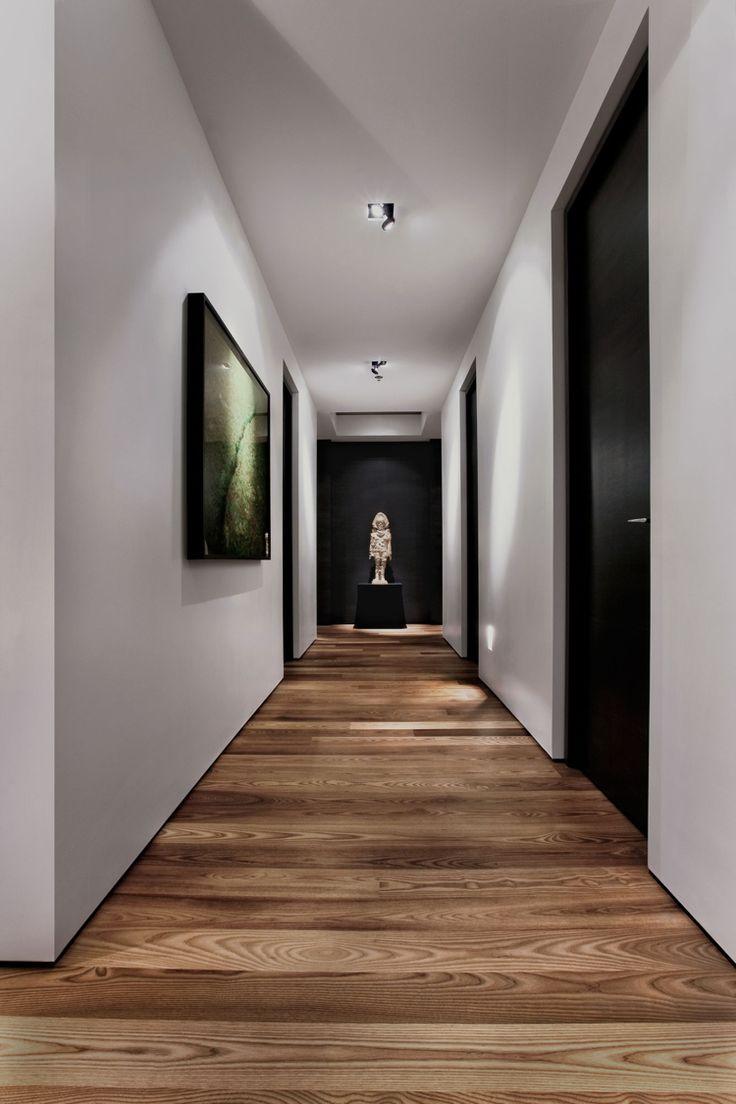 couloir en noir et blanc avec un parquet en bois stratifié