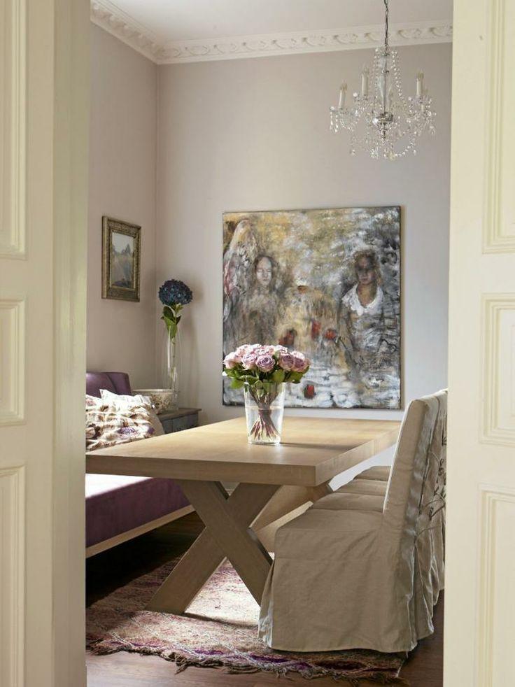 Spisestuen har bord og sofa fra Slettvoll, og stoler fra Bohus. Det store maleriet er signert Therese Nordtvedt. Teppet er kj�pt i Marrakech, og lysekronen er fra Lene Bjerre.