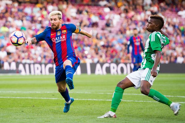 Lionel Messi (L) of FC Barcelona controls the ball next to Charly Musonda of Real Betis Balompie during the La Liga match between FC Barcelona and Real Betis Balompie at Camp Nou on August 20, 2016 in Barcelona, Catalonia.