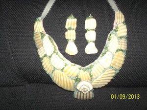 Collar de conchas de mar , confeccionado con fondo de fieltro , canutillos y cinta