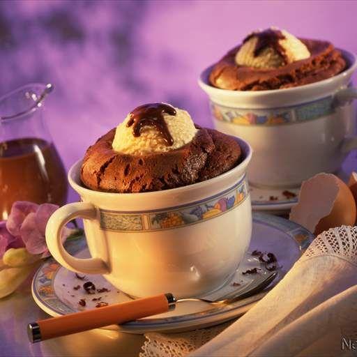 Soufflé de chocolate con helado y salsa de naranja y chocolate