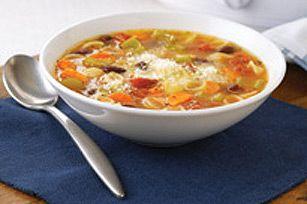 Cette soupe robuste, débordante de légumes, est parfaite pour se réchauffer par temps frais.