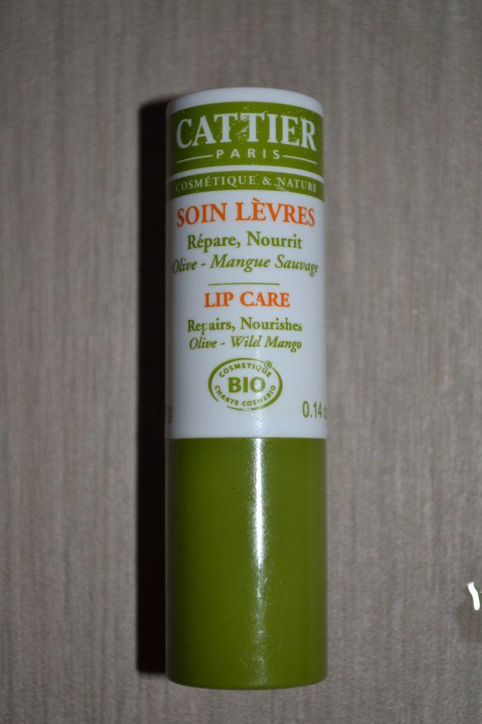 A la mangue ( sauvage, la mangue) et olive, ou l'association improbable de 2 produits pour n'en faire qu'un efficace. Et oui. Lèvres douces et bisous dans le cou.