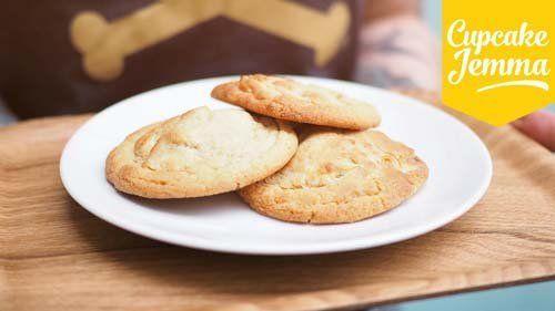 Шоколадное печенье с орехами  Любите шоколадное печенье? - О, ну кто же не любит! Рецепт бесподобный - белый шоколад, орешки макадамия, попробуйте и побываете в раю!  Рецепт от Джеммы Королевы кексов - коллеги Джейми Оливера.