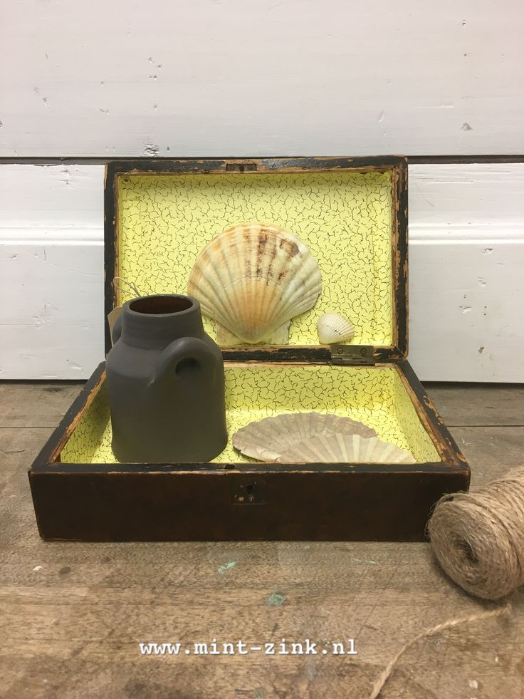 Brocante houten kistje met gele bekleding aan de binnenkant. Verkrijgbaar bij Mint & Zink.