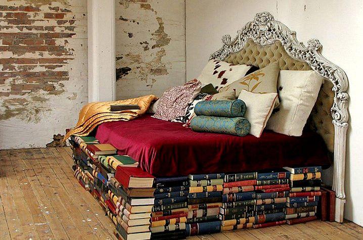 https://flic.kr/p/DA4YcA   amo leggere a letto   Non riesco a dormire se non sono circondato da libri.  Jorge Louis Borges   installazione in un caffè/ libreria che ho visto in Francia a Tolosa.